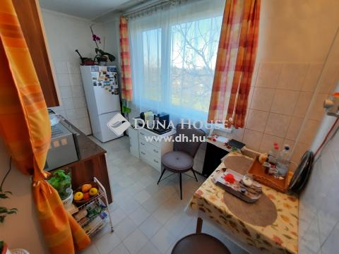 Eladó Lakás, Bács-Kiskun megye, Kiskunfélegyháza - 62 m2-es, 2+1 szobás, erkélyes lakás a zárószint alatt kettővel